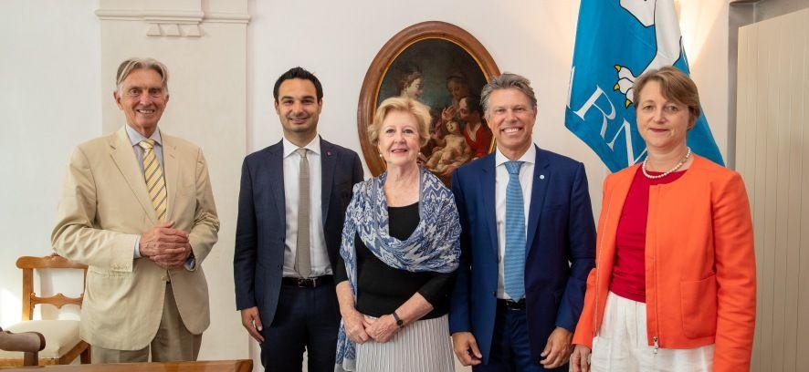 L'Assistente Segretario generale delle Nazioni Unite Gillian Triggs firma il Libro d'oro